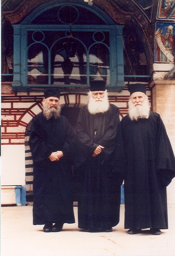 Ο Γέροντας Ιωσήφ ο Βατοπαιδινός (δεξιά) με τους παραδερφούς του, παπά Εφραίμ τον Κατουνακιώτη (κέντρο) και παπά Εφραίμ τον Φιλοθεϊτη τον εν Αριζόνα (αριστερά), στην πύλη της Ιεράς Μεγίστης Μονής Βατοπαιδίου.