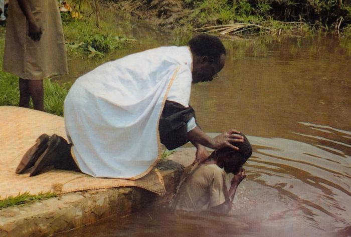 Mupadri Andre Kayaya amebatiza mumtoni kule Kananga