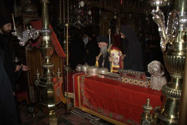 Ο μητροπολίτης Γόρτυνος και Μεγαλουπόλεως κ.κ. Ιερεμίας προσκυνά τα λείψανα των Βατοπαιδινών Αγίων