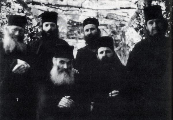 Ο Γέροντας Ιωσήφ όρθιος στο 3ος από αριστερά της πίσω σειράς. Καθήμενοι στην μπροστινή σειρά οι παραδελφοί του παπα Εφραίμ Κατουνακιώτης και παπα Χαράλαμπος (κατόπιν Ηγούμενος της Ι.Μ. Αγίου Διονυσίου, Αγίου Όρους)