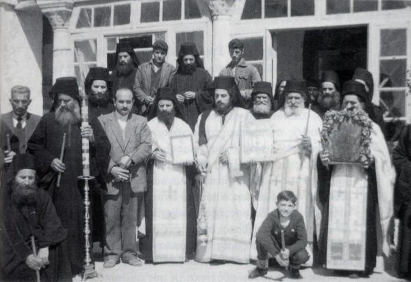 Πανήγυρις στην Νέα Σκήτη. Ο Γέροντας Ιωσήφ κάτω αριστερά καθήμενος. Ο παραδελφός του παπα Χαράλαμπος (μετέπειτα Ηγούμενος της Ι.Μ. Αγίου Διονυσίου, Αγίου Όρους) διακρίνεται στο κέντρο της φωτογραφίας (κρατώντας την εικόνα)