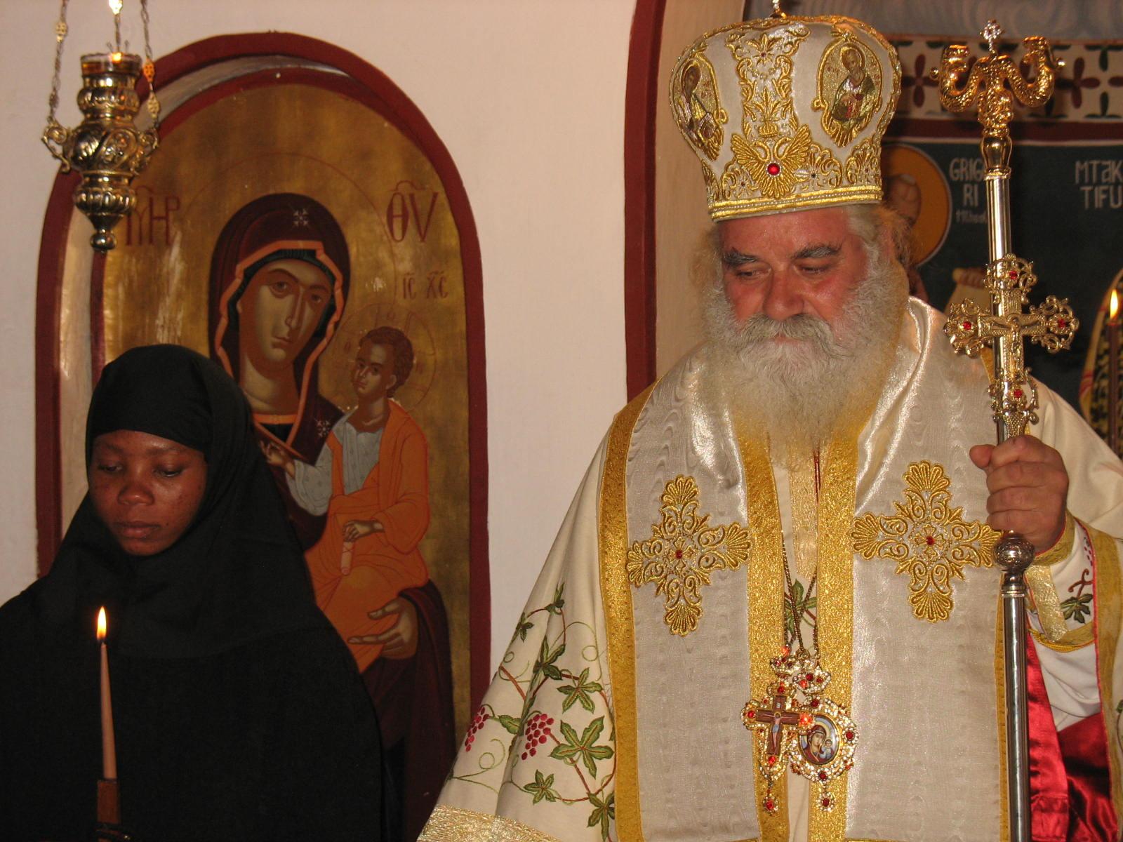 Ο θεοφιλέστατος επίσκοπος Κουλουέζι κ. Μελέτιος με τη νεόκουρη μοναχή Αγνή