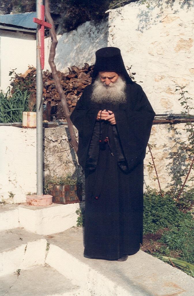 Ο Γέροντας σε ώρα προσευχής στην αυλή του κελλιού του Ευαγγελισμού.