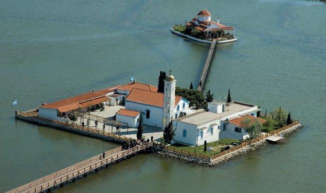 Το ευλογημένο μετόχι της Ιεράς Μεγίστης Μονής Βατοπαιδίου στην ιερή λίμνη Βιστωνίδα.