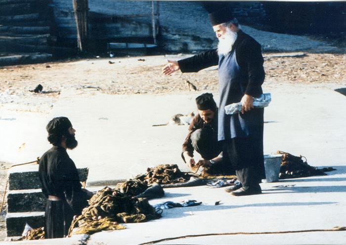 """«Ο αυθεντικός μοναχισμός προσφέρει άφθονα στοιχεία για την ανάπτυξη σωστών διαπροσωπικών σχέσεων στην καθημερινή ζωή του κόσμου». Στη φωτογραφία ο μακάριος Γέροντας Ιωσήφ στη Νέα Σκήτη το 1986 μαζί με τους μοναχούς που είχαν το """"διακόνημα"""" του ψαρέματος."""