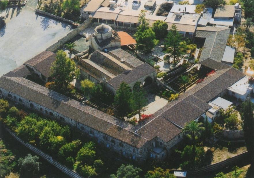 Αεροφωτογραφία της Ιεράς Μονής Αγίου Ηρακλειδίου με το καμαροσκέπαστο Καθολικό της Μονής.