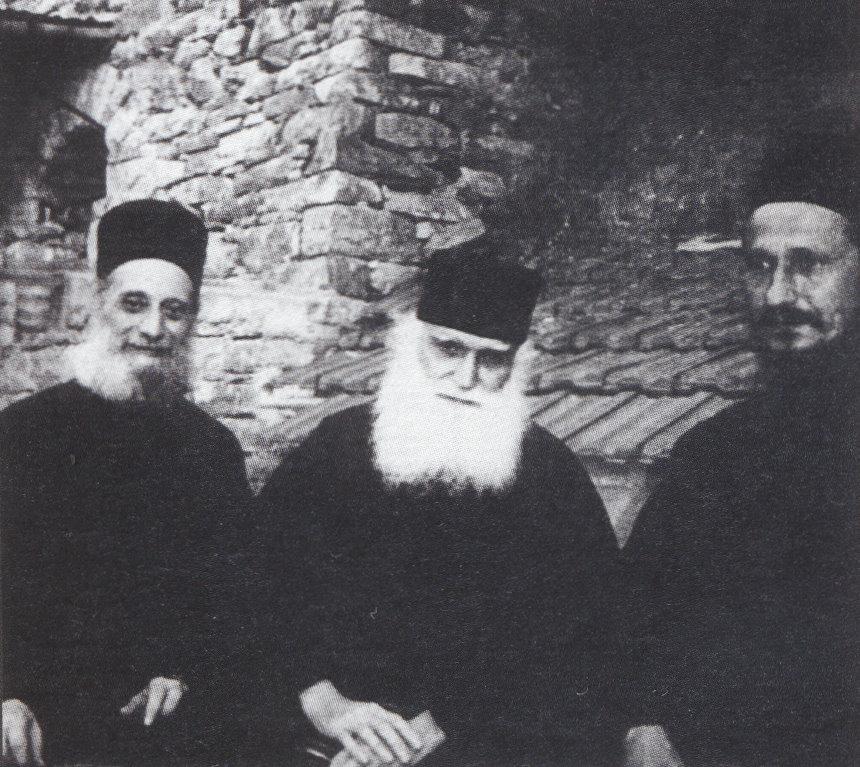 Ο Γέροντας στα Κατουνάκια με τον μακαριστό π. Εφραίμ και τον σεβασμιώτατο μητροπολίτη κ. Αθανάσιο Γιέφτιτς το 1988, τους οποίους είχε γνωρίσει στην αρχή της μοναχικής ζωής του.