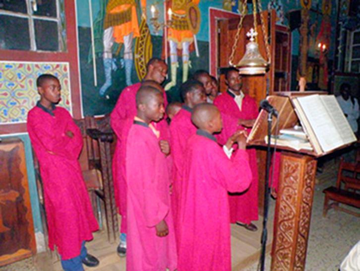 Τα παιδιά του Οικοτροφείου ψάλλοντας στον ιερό ναό Αγίου Γεωργίου Κουλουέζι
