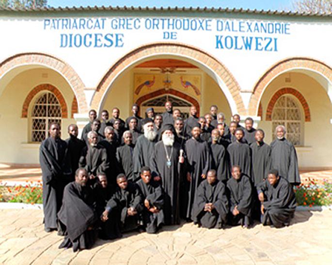 Ο επίσκοπος Κολουέζι κ. Μελέτιος με τους κληρικούς της επισκοπής του