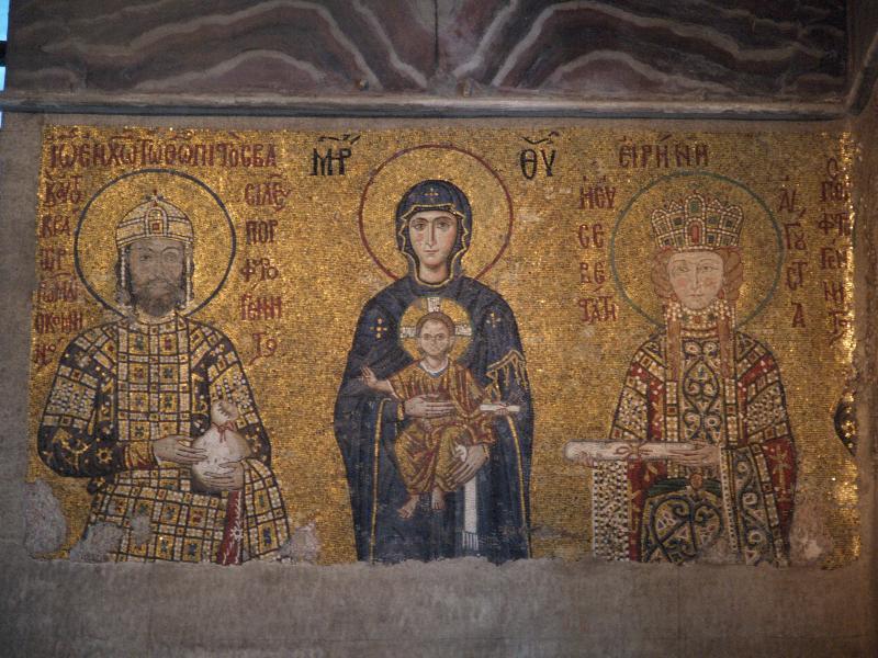 Η Παναγία με τον Χριστό ανάμεσα στον αυτοκράτορα Ιωάννη Β΄ και την σύζυγό του Ειρήνη. Ψηφιδωτό στην Αγία Σοφία της Κωνσταντινούπολης (1118).