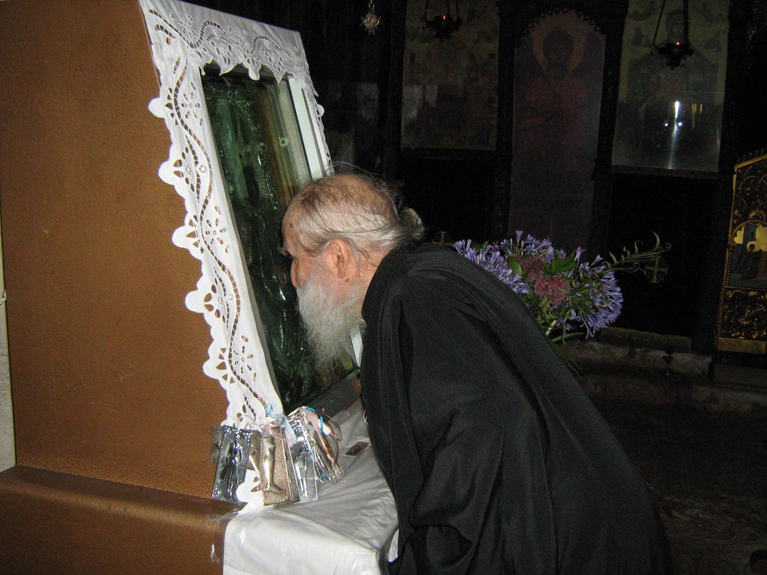 Ο Γέροντας Ιωσήφ προσκυνά την εικόνα της Παναγίας Αγνούντας.