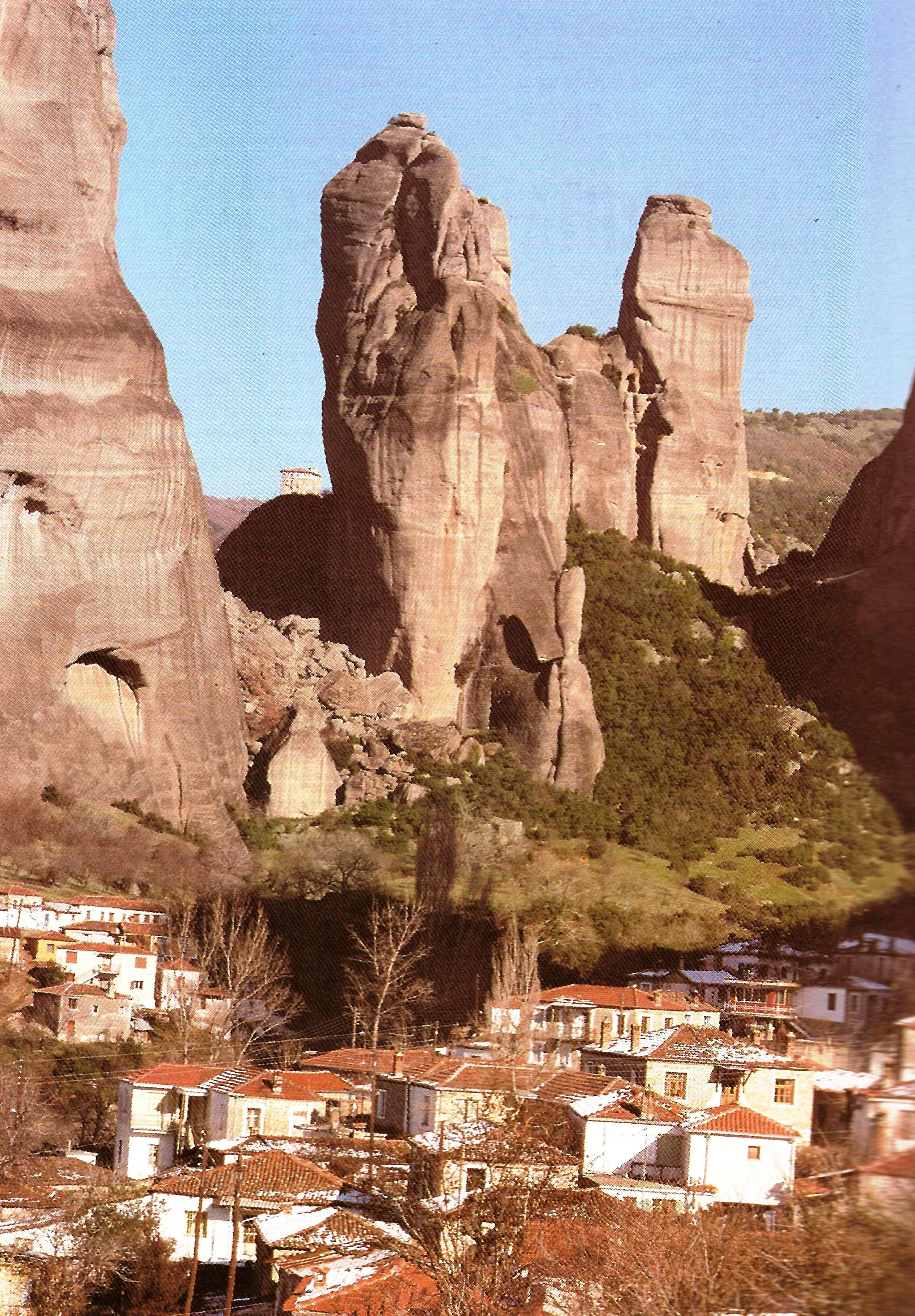Το χωριό Καστράκι με τους βράχους  των Μετεώρων
