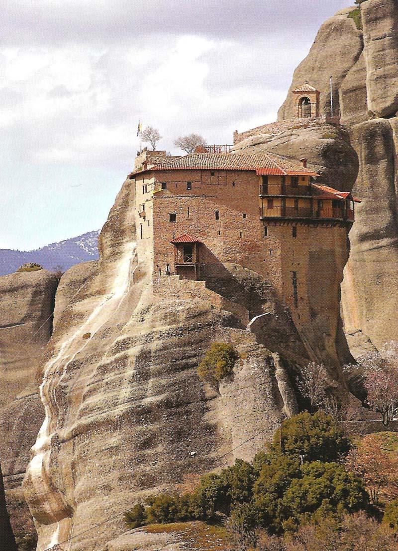 Η Ιερά Μονή Αγίου Νικολάου Αναπαυσά είναι κτισμένη σε αλεπάλληλα πατώματα λόγω της στενότητας του βράχου στον οποίο κτίστηκε.