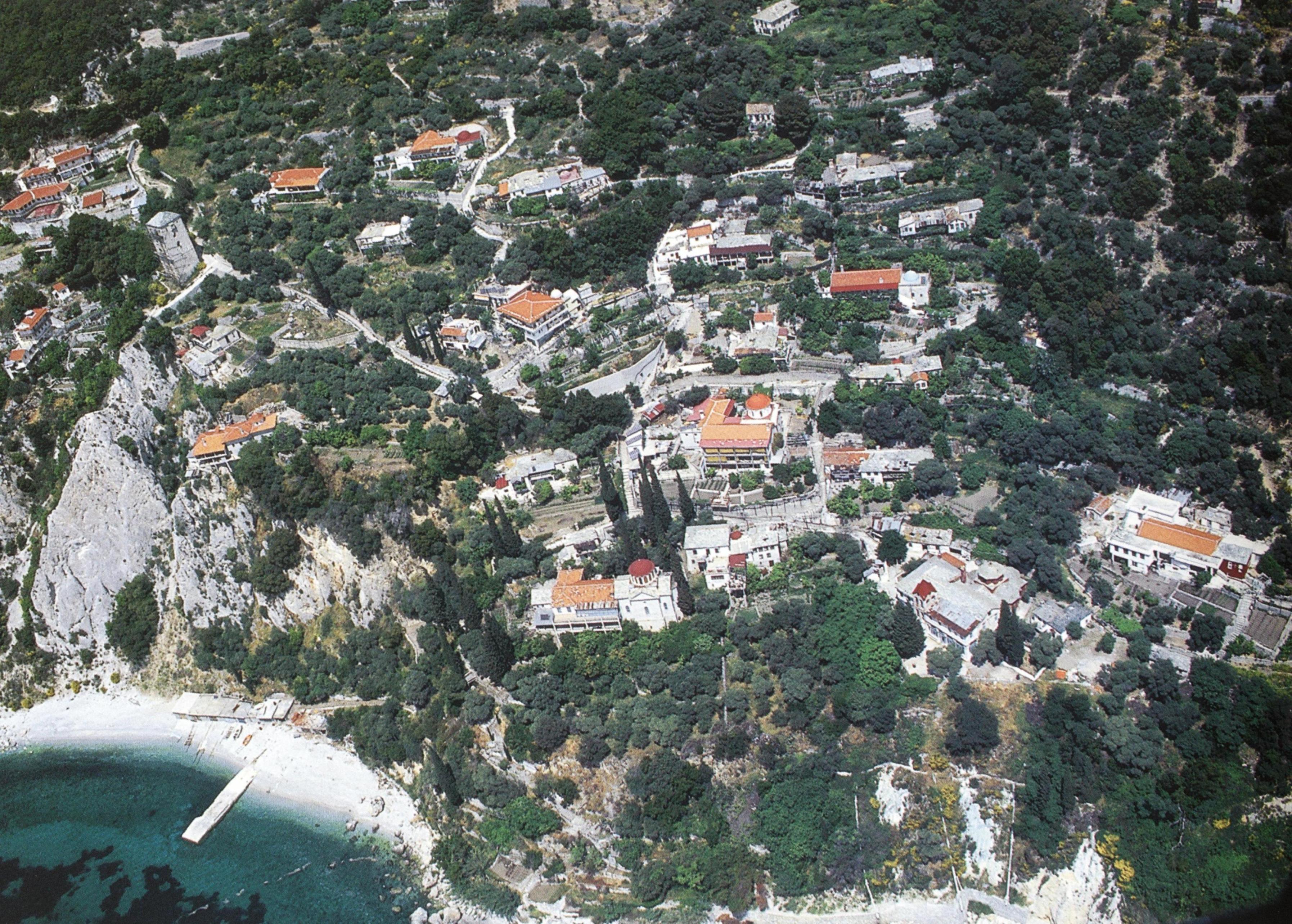 Πανοραμική άποψη της Νέας Σκήτης, η οποία διοικητικά υπάγεται στην Ιερά Μονή Αγίου Παύλου.