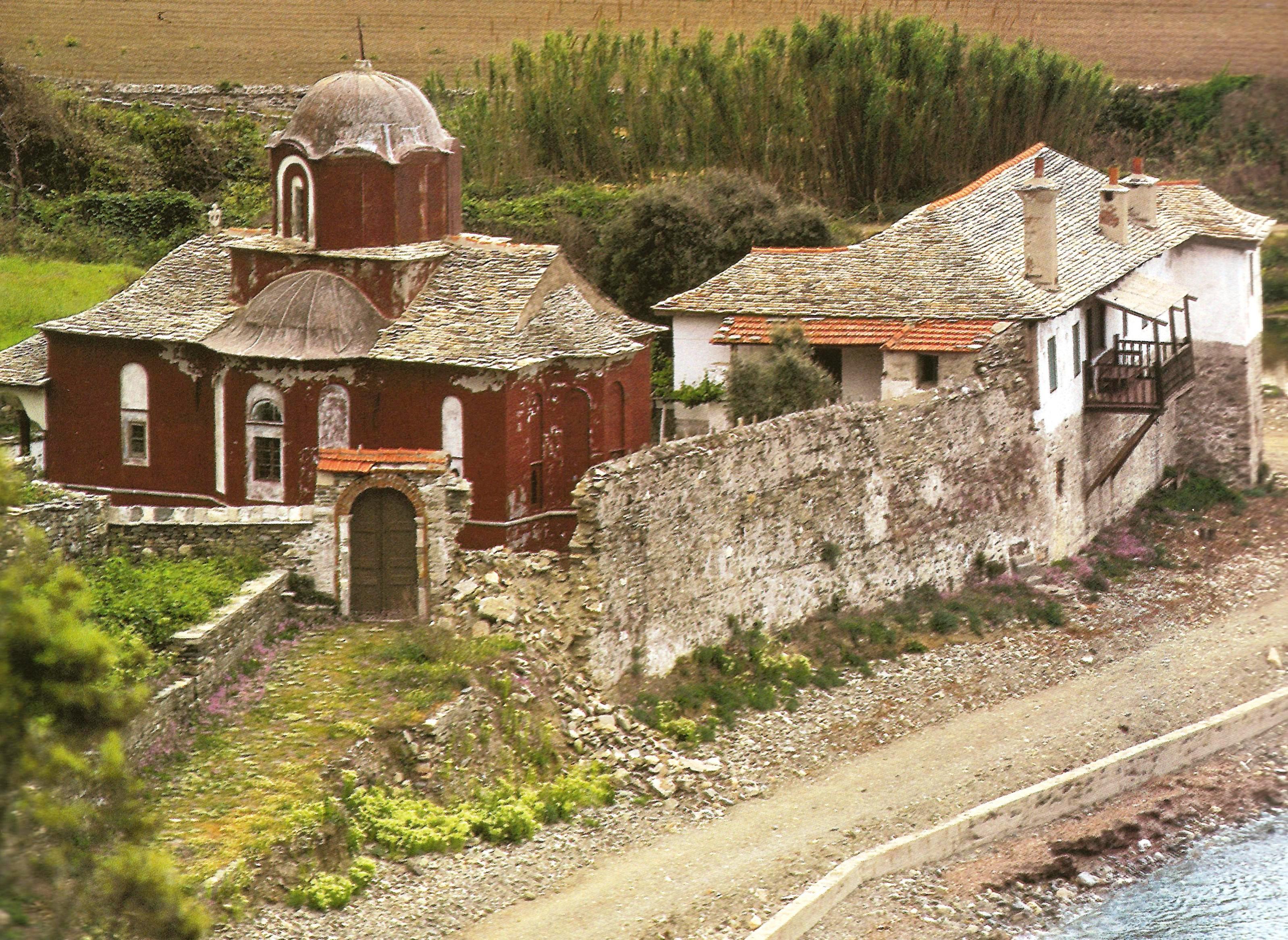 Το κελλί του «αγιάσματος» στην παραλία νοτιοανατολικά της Μονής. The cell of the Holy Spring on the beach southeast of the monastery