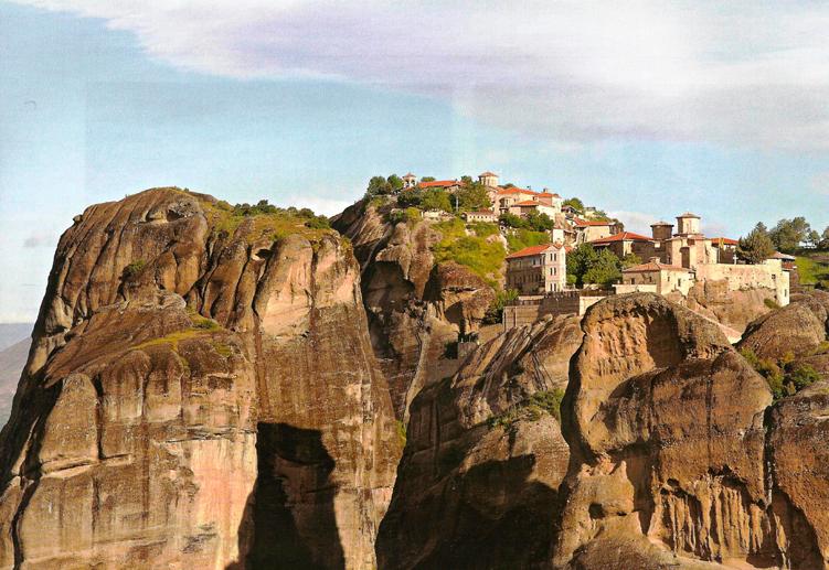Η Ιερά Μονή Βαρλαάμ ορθώνεται επιβλητική στους βράχους των Μετεώρων από τον 14ο αιώνα