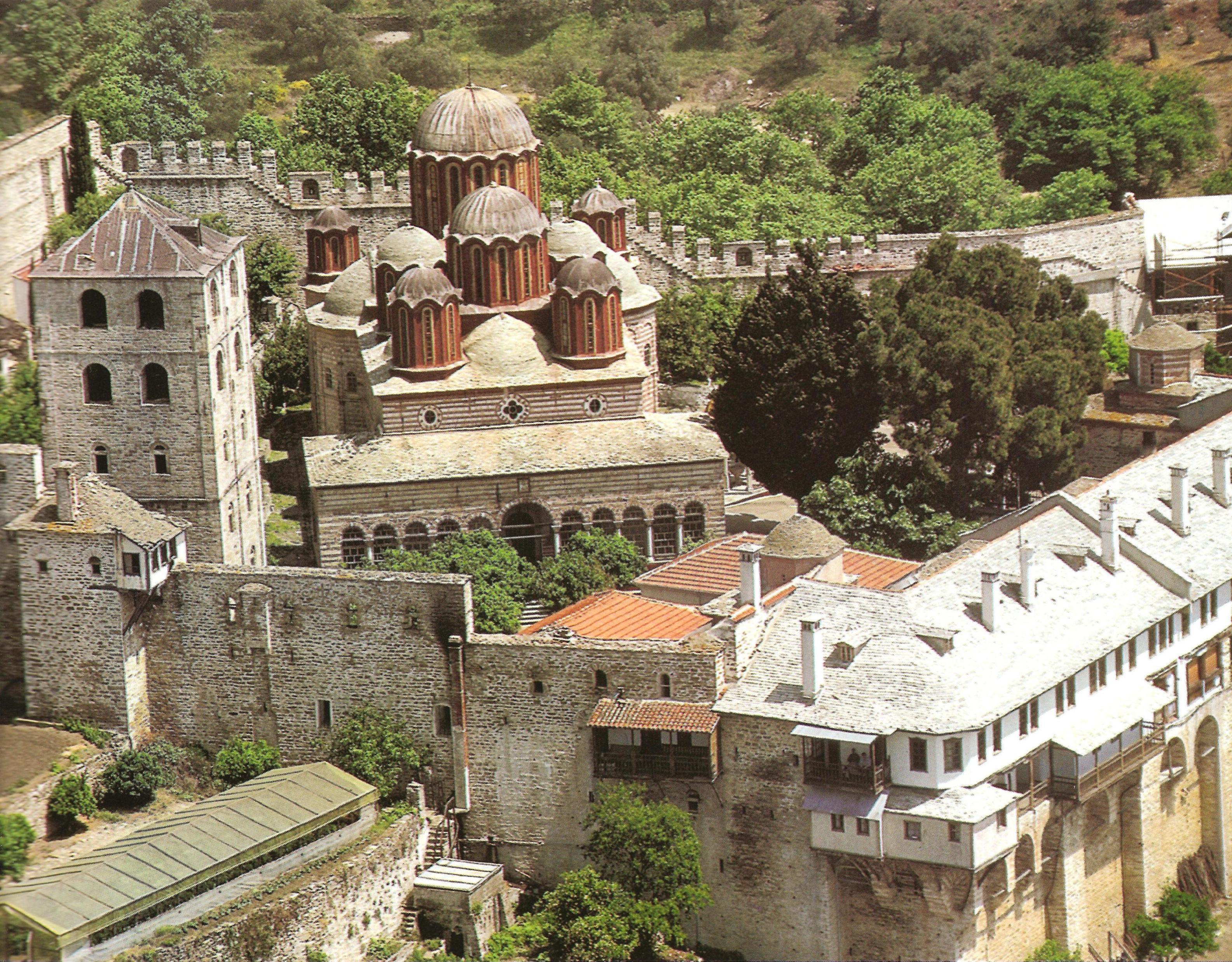 Η επάκταση των αρχών του 19ου αι. με το νέο καθολικό και το κωδωνοστάσιο. The 19th century extension, with the new katholikon and the bell-tower.