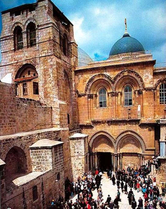 Ο Ιερός Ναός της Αναστάσεως στα Ιεροσόλυμα όπου ο μακάριος Γέροντας Αρσένιος (συμπεριλαμβανομένων και άλλων αγιοταφιτικών προσκυνημάτων) διακόνησε για περίπου μία δεκαετία.