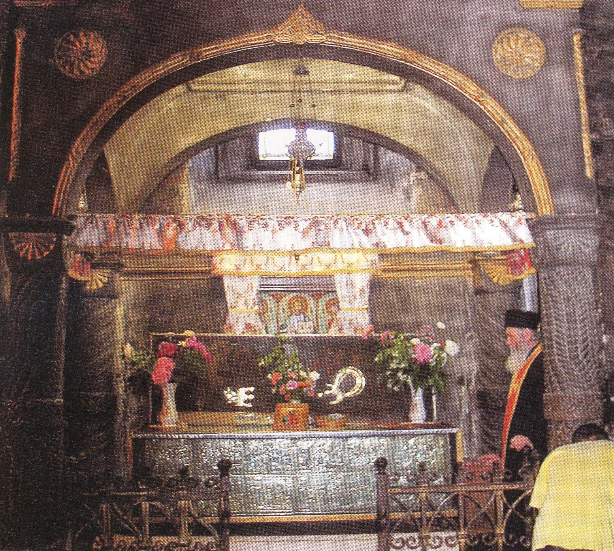 Η λειψανοθήκη του αγίου Ιωάννου του Νέου στο καθολικό της Ιεράς Μονής Αγίου Γεωργίου Σουτσεάβα.