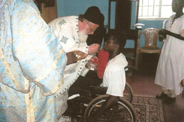 Μετάληψη κατά τη Θεία Λειτουργία στην πρόχειρη εκκλησία του Αγίου Ελευθερίου.