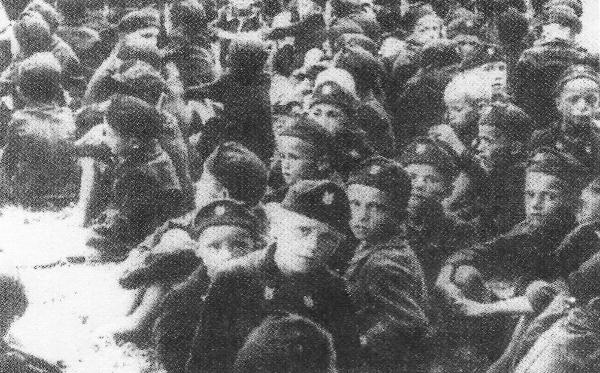 """Μία ομάδα από 3336 παιδιά Σέρβων στο Γιασένοβατς, ντυμένα με τις στολές ούστασι που οι δεσμοφύλακες υπέβαλαν """"σεμινάρια επανεκπαίδευσης"""" για τον ασπασμό του καθολικισμού"""
