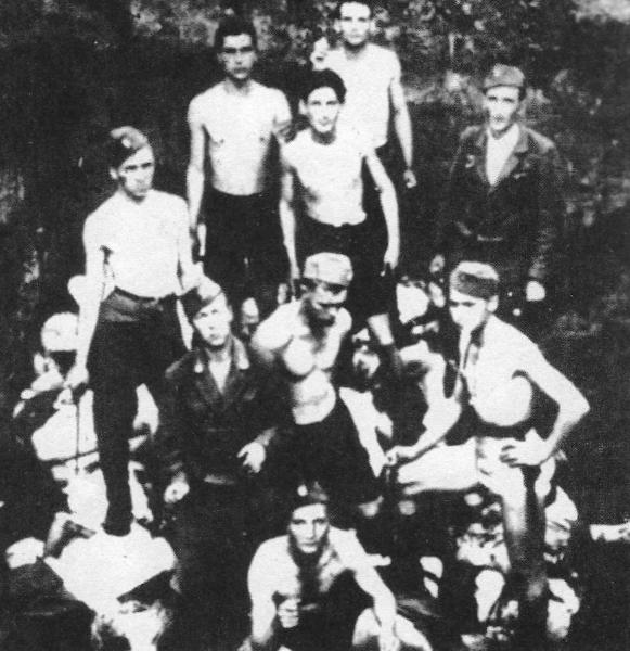 Αναμνηστική φωτογραφία των ούστασι στο στρατόπεδο συγκέντρωσης του Γιασένοβατς στο εσωτερικό ενός ομαδικού τάφου και πάνω στον σωρό των πτωμάτων.