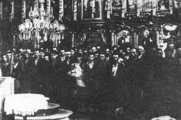 Οι ορθόδοξοι Σέρβοι της Χρβάτσκα Ντούμπιτσα συγκεντρωμένοι από τους ούστασι στο εσωτερικό του ορθόδοξου ναού για να υποβληθούν στην ιεροτελεστία του βιαίου προσηλυτισμού ώστε να ασπαστούν τον καθολικισμό.