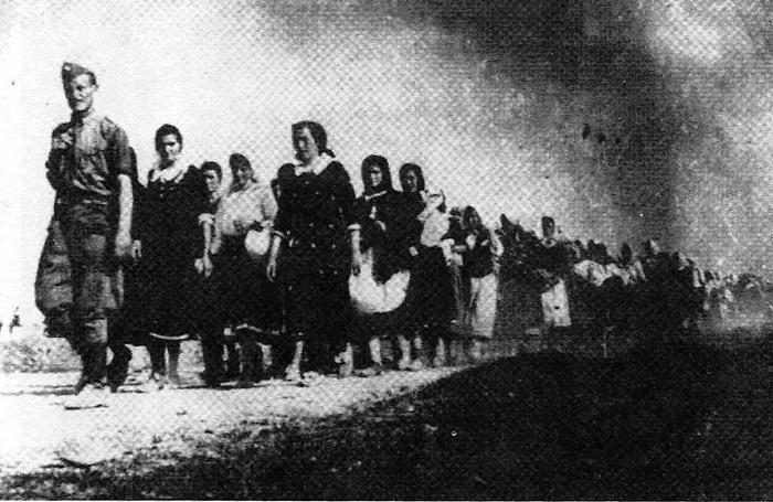 Σέρβες κρατούμενες σε πορεία πρός ένα γυναικείο στρατόπεδο συγκέντρωσης