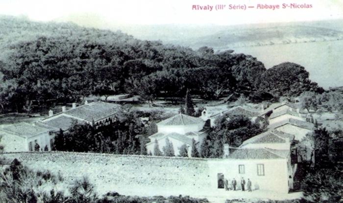 Πανοραμική άποψη Ιεράς Μονής Αγίου Νικολάου στο Αίβαλί (Κυδωνιές). Καρτ ποστάλ του 1906