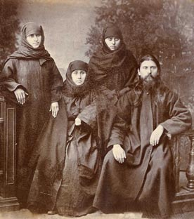Με τη μητέρα του και τις αδελφές του.