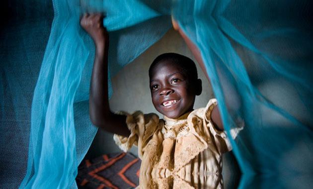 Η καθολική κάλυψη με ειδικά επεξεργασμένες με εντομοκτόνο κουνουπιέρες είναι το κλειδί στη μάχη κατά της ελονοσίας – μία από τις κυριότερες αιτίες θανάτου παιδιών στον κόσμο. (Φωτ: UNICEF)