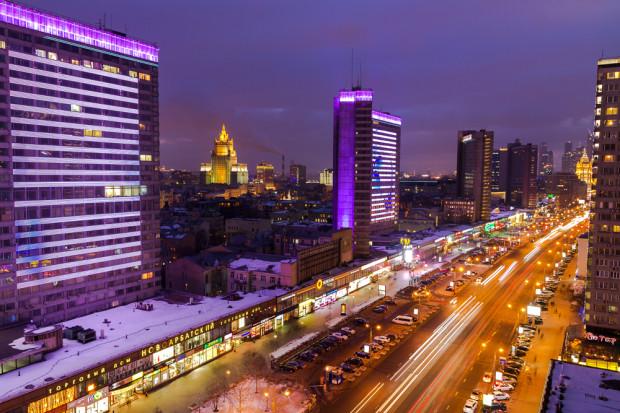 Η ΝΕΑ ΛΕΩΦΟΡΟΣ ΑΡΜΠΑΤ. Η νέα λεωφόρος Aρμπάτ ξεκινάει από την ομώνυμη πλατεία και φτάνει στη γέφυρα Novoarbatsky που διασχίζει τον ποταμό της Μόσχας. Εδώ είναι το καλύτερο μέρος για πολυτελείς αγορές, φαγητό και διασκέδαση, ενώ οι επισκέπτες μπορούν να δουν επίσης μερικά αξιοθέατα της Μόσχας. Σε κοντινή απόσταση επί της οδού Molchanovka, βρίσκεται το Μουσείο Σπίτι του Λέρμοντοβ Ο ρωσικός Λευκός Οίκος βρίσκεται στην άλλη άκρη της λεωφόρου, και αν κοιτάξει κανείς από τη γέφυρα Novoarbatsky, θα δεί το ξενοδοχείο Ukraina, μία από τις επτά αδελφές του Στάλιν. Φωτό: Ιγκόρ Στεπάνοφ