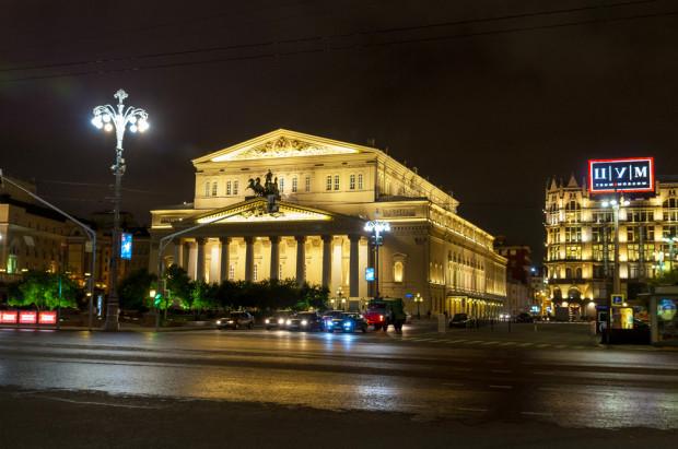 ΜΠΟΛΣΟΪ. Το Μπολσόι είναι ένα από τα μεγαλύτερα θέατρα του κόσμου, με τη δική του μεγάλη παράδοση και με μια μοναδική ατμόσφαιρα. Το ίδιο το κτίριο είναι ένας από τα πιο συμβολικούς χώρους της Μόσχας, αποτελώντας εντυπωσιακό δείγμα της ρωσικής κλασικής αρχιτεκτονικής, που βλέπει με περήφανη αδιαφορία τους τοίχους του Κρεμλίνου, και μερικά φθηνά υπαίθρια μπαρ και εστιατόρια, γύρω του. Το Μπολσόι είναι η δεύτερη μεγαλύτερη όπερα στην Ευρώπη, μετά τη La Scala, όπου συνδυάζονται το μεγαλείο και η καλλιτεχνική δύναμη, από το εντυπωσιακό άγαλμα του Απόλλωνα, που στεφανώνει την πρόσοψη, μέχρι την περίφημη μυώδη χορογραφία του μπαλέτου. Φωτό: Ιγκόρ Στεπάνοφ