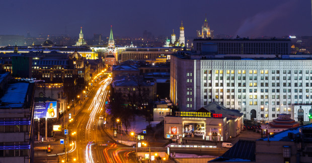 Η ΠΑΛΙΑ ΑΡΜΠΑΤ. Ο πιο διάσημος δρόμος της Μόσχας βρίσκεται στα δυτικά του Κρεμλίνου, και εκτείνεται από την πλατεία Arbatskaya μέχρι την πλατεία Smolenskaya. Είναι ένας από τους παλιότερους δρόμους της πόλης, που αναφέρεται για πρώτη φορά το 1493. Τον 18ο αιώνα η Αρμπάτ γίνεται δημοφιλής στη διανόηση και την καλλιτεχνική κοινότητα της Μόσχας, η οποία συχνάζει στα πολλά καφέ και κάνει βόλτες κατά μήκος του δρόμου, όπου είναι κτισμένα πολλά αρχοντικά. Ο Πούσκιν έζησε εδώ με τη γυναίκα του, στο σπίτι με αριθμό 53. Το κτίριο έχει μετατραπεί σε μουσείο αφιερωμένο στον ποιητή. Φωτό: Ιγκόρ Στεπάνοφ