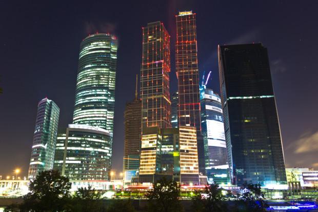 ΤO CITY ΤΗΣ ΜΟΣΧΑΣ. Το Διεθνές Επιχειρηματικό Κέντρο της Μόσχας αποτελεί ένα φιλόδοξο κατασκευαστικό έργο στο κέντρο της Μόσχας. Βρίσκεται σε μια παλιά αστική περιοχή κοντά στην όχθη του ποταμού, με τους κομψούς ουρανοξύστες να δημιουργούν μια νέα επιχειρηματική συνοικία μέσα στην πόλη. Φωτό: Ιγκόρ Στεπάνοφ