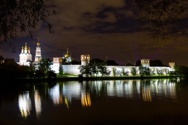 Η ΜΟΝΗ NOVODEVICHIY. Το Νέο Μοναστήρι Γυναικών βρίσκεται δίπλα στον ποταμό Μόσχοβα και είναι ένα ήσυχο καταφύγιο στην πολύβουη πόλη της Μόσχας. Το συγκρότημα περιλαμβάνει ένα όμορφο κτήριο του 17ου αιώνα, το μοναστήρι που λειτουργεί και πάλι, και ένα νεκροταφείο με ιδιαίτερη ατμόσφαιρα όπου εκεί είναι θαμμένοι οι πιο διάσημοι συγγραφείς, ποιητές, πολιτικοί και δημόσια πρόσωπα της Ρωσίας. Φωτό: Ιγκόρ Στεπάνοφ