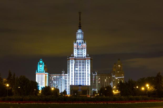 ΚΠΜ. Το Κρατικό Πανεπιστήμιο της Μόσχας ιδρύθηκε το 1755. Εδώ φοιτούν περισσότεροι από 40 000 φοιτητές -προπτυχιακοί και μεταπτυχιακοί- και περίπου 7. 000 νεοεισαχθέντες. Η πανεπιστημιούπολη της Μόσχας είναι ένα εξαιρετικά πολύπλοκο σύστημα, με 1.000 000 τετραγωνικά μέτρα επιφάνεια, 1 000 κτίρια και κατασκευές, με 8 φοιτητικούς κοιτώνες που στεγάζουν πάνω από 12 000 φοιτητές και 300 χλμ. από δίκτυα υπηρεσιών. Φωτό: Ιγκόρ Στεπάνοφ