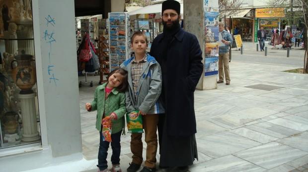Ο Νεκτάριος 8 χρονών και η 5χρονη Άννα, είναι τα παιδιά του ζεύγους.