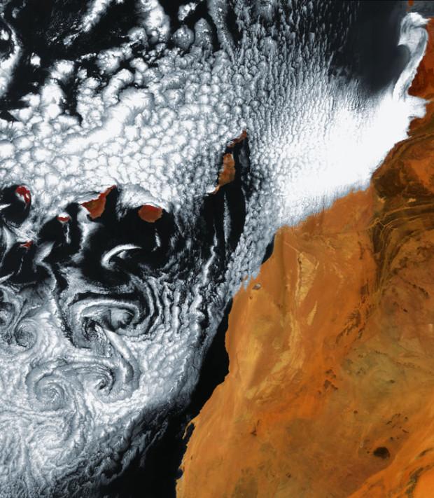 Ένας μοναδικός σχηματισμός από σύννεφα, νότια του αρχιπελάγους των Καναρίων Νήσων, περίπου 95 χλμ. από τη βορειοδυτική ακτή της Αφρικής (δεξιά) στον Ατλαντικό Ωκεανό. Επτά μεγάλα νησιά , και μερικά μικρότερα, αποτελούν τις Κανάριες Νήσους? Τα μεγαλύτερα νησιά είναι: Ελ Ιέρο, Λα Πάλμα, Λα Γκομέρα, Τενερίφη, Γκραν Κανάρια, Λανζαρότε και Φουερτεβεντούρα.