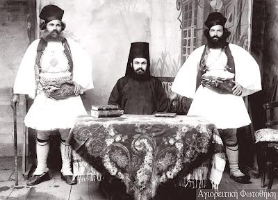 Κορνήλιος μοναχός Λαυριώτης αρχιγραμματέας της Ιεράς Επιστασίας και δύο σερδάρηδες, 1906
