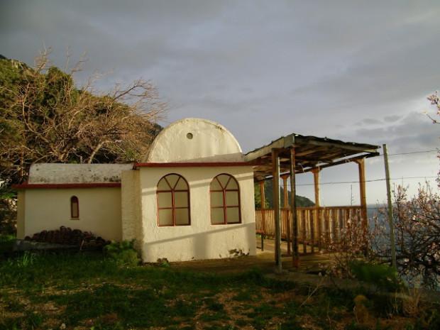 Άποψη του τάφου του γέροντος Ιωσήφ από έξω