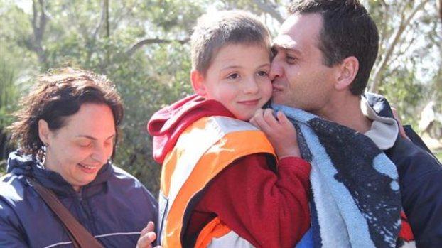 Χαμόγελα ευτυχίας. Ο μικρός Σάιμον με την μαμά και τον μπαμπά του, αμέσως μετά τον εντοπισμό του στο δάσος όπου είχε χαθεί.