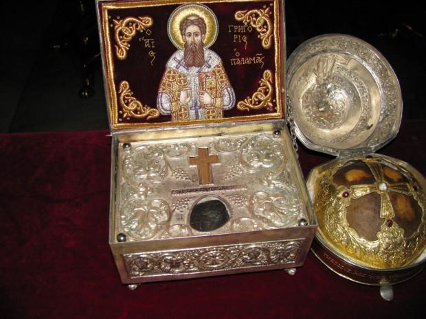 Άγια λείψανα του Αγίου Γρηγορίου του Παλαμά (αριστερά) και τμήμα της κάρας του Αγίου Διονυσίου του Αρεοπαγίτου (δεξιά).