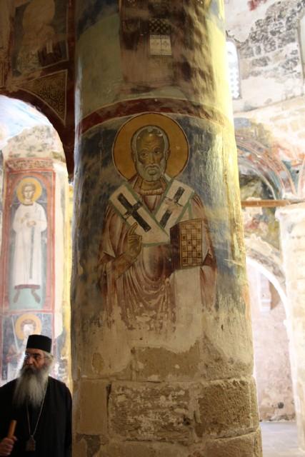 Ο Μητροπόλιτης Μορφου  δίπλα στη τοιχογραφία του Αγίου Νικολάου (Ναός Χριστού του Αντιφωνητή)