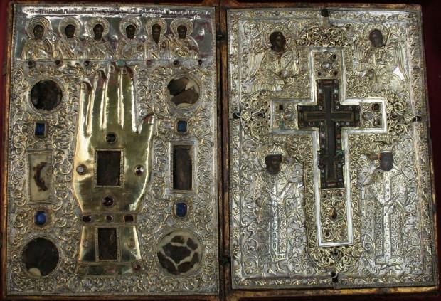 Το σπάνιο κειμήλιο της Ιεράς Μονής Δοχειαρίου Αγίου Όρους (18ος αιώνας). Φέρει τεμάχιο Τιμίου Ξύλου και λείψανα έξι Αγίων.