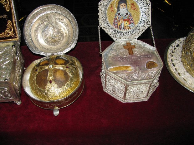 Άγια λείψανα του Αγίου Διονυσίου του Αρεοπαγίτου (τμήμα της κάρας - αριστερά) και  του Αγίου Πενταπόλεως του εν Αιγίνη (δεξιά).