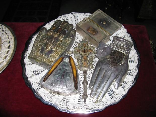 Ο σταυρός αγιασμού έχει Τίμιο Ξύλο, το κουτί άγια λείψανα του Αγίου Νικολάου Μύρων. Δεν ταυτοποιήθηκαν οι υπόλοιπες τρεις λειψανοθήκες.