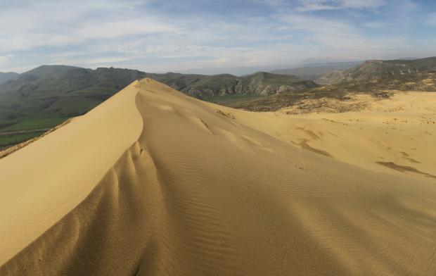 Ο αμμόλοφος Σαρικούμ στο Νταγκεστάν βρίσκεται κοντά στην πρωτεύουσα Μαχατσκάλα. Ρώσοι επιστήμονες θεωρούν τον μεγαλύτερο αμμόλοφο της Ευρασίας ως αμμόλοφο απολίθωμα, που σημαίνει ότι δεν έχει υποστεί αλλαγές, όπως οι γεωλογικές δομές γύρω από αυτόν. Το ψηλότερο σημείο του αμμόλοφου είναι 250 μέτρα, ενώ αποτελείται από ψιλή χρυσή άμμο και μοιάζει με μικρογραφία ασιατικής ερήμου. Φωτο:Lori / Legion Media