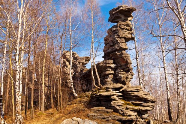 Τα Επτά Αδέρφια στην περιοχή Τσελιάμπινσκ στα Ουράλια Όρη είναι συστάδα απότομων βράχων αρκετά ψηλών για τη ζώνη της στέπας. Οι μορφές αυτές των βράχων αποτελούν την πηγή πολλών θρύλων των ντόπιων. Τα βράχια έχουν ύψος 30-35 μέτρα και σχηματίζονται από γκρι μικροσκοπικούς σχηματισμούς κρυστάλλων, οι οποίοι είναι πιθανότατα από διαβάση ή δολερίτη. Φωτο:Lori / Legion Media