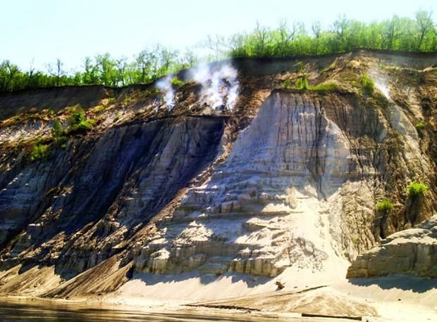Τα φλογερά βουνά στον ποταμό Αμούρ της ομώνυμης περιφέρειας, ερεύνησε για πρώτη φορά ο διάσημος ρώσος ταξιδιώτης και επιστήμονας, Νικολάι Πρζεβάλσκι, κατά την εκστρατεία του στη νότια ρωσική Άπω Ανατολή το 1870. Τα στοιχεία δείχνουν ότι το βουνό καπνίζει εδώ και πάνω από 300 χρόνια. Η αιτία αυτού του φαινομένου είναι ότι αφότου έπιασαν φωτιά τα αποθέματα άνθρακα και λιγνίτη του βουνού συνέχισαν να σιγοκαίνε, λόγω της εγγύτητας των ατμοσφαιρικών αερίων. Φωτο:Lori / Legion Media